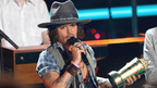 MTVムービー・アワードで受賞のジョニー・デップ、スピーチ代わりにギター演奏