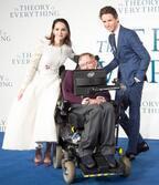 エディ・レッドメイン、ホーキング博士との再会に感激!『博士と彼女のセオリー』ロンドンプレミア