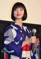 """篠田麻里子、お祭りの射的の景品に自身の""""非公式""""カレンダーを見つけ苦笑!"""