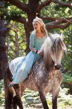 【特別映像】リリー・ジェームズ、『シンデレラ』で乗馬初挑戦!メイキング到着