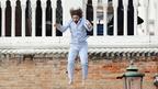 撮影快調…? ジョニー・デップ…のスタントマンがパジャマでバルコニーからダイブ!