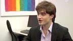 ダニエル・ラドクリフが、LBGTの青少年のための自殺防止の公共広告に出演