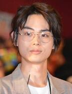 菅田将暉、不在の小栗旬に代わり「まーきの!」ポーズをさく裂