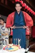 松坂桃李、朝ドラ現場で20代最後の誕生日をお祝い!