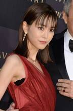 桐谷美玲、深紅のロングドレスで登場!授賞式MCに初挑戦