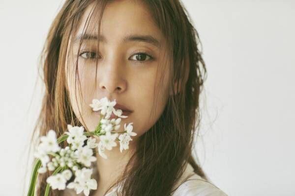 「新木優子オフィシャルカレンダー2018.4-2019.3」収録カット(実物のデザインと異なる)