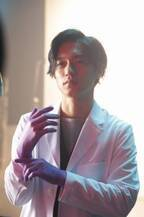 錦戸亮、白衣でポスター撮影! 「しっかり着こなせているか不安」