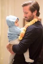 アーミー・ハマー、祝33歳!命がけで我が子を守る父親カット解禁『ホテル・ムンバイ』