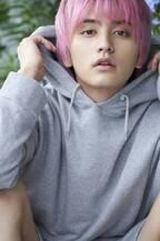 """""""ピンク髪""""瀬戸利樹、2020年カレンダー発売!「この髪色を写真に」"""