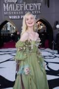 エル・ファニング、オーロラ姫のルーツをイメージしたドレスで魅了『マレフィセント2』