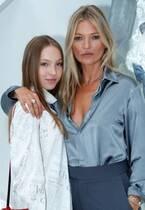 ケイト・モスの18歳娘が「ミュウミュウ」のショーでランウェイデビュー