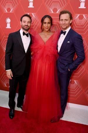トム・ヒドルストンがトニー賞授賞式でうわさの恋人とレッドカーペットデビュー、ファン祝福
