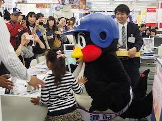 """東京都・渋谷区にあるH.I.S.の総本山で、つば九郎が一日""""店鳥""""に!"""