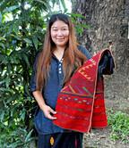 「苦しいときには、ホテルから民族衣装風の制服を受注」 - ミャンマーの民族布ショップオーナーの働き方