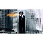三浦友和が巨大化! 街中で炎を吐く! 円谷プロ&「洋服の青山」コラボCM放映