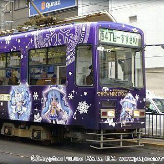 北海道・札幌市電「雪ミク電車」この冬も運行! 「雪ミク×植物」ラッピング