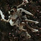 崖から飛び降りながら誓いのキス - ソニー、α6000新CM「Wedding篇」