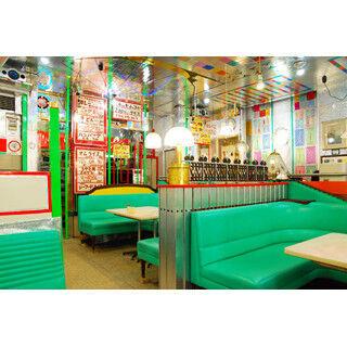 喫茶店王国・愛知県で異彩を放つ喫茶「丘」が全面ギンギラギンになった理由