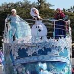 ディズニーランド『アナ雪』イベント開幕! アナ&エルサ登場のパレード披露