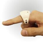 富士通、空中に手書きして文字を入力できる指輪型デバイス開発