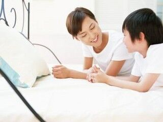 """""""早寝早起き""""が理想だけど……子どもの『寝かしつけ』は何時頃が一般的?"""