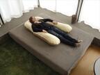 浮き輪のような浮遊感が味わえる枕「抱かれ枕」