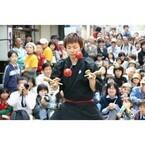 神奈川県横浜市で「野毛大道芸」開催! 32組のパフォーマーが自慢の技を披露
