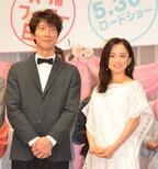佐々木蔵之介&永作博美、初フラワーシャワーに「うれしい」と照れ笑い
