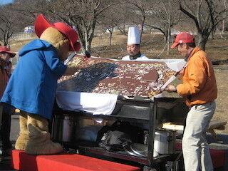 神奈川県・さがみ湖で、巨大板チョコ作りに挑戦! -通常の800枚分