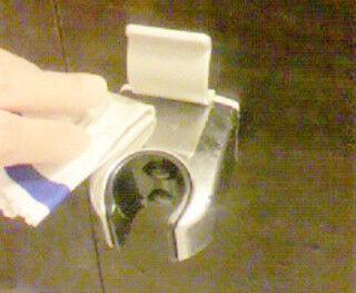 洗剤を使わずに水回りの水アカをキレイにする方法 - メガネ拭きを活用する