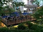 東京都・六本木ヒルズの毛利庭園に、水上プレミアムビアガーデンがオープン