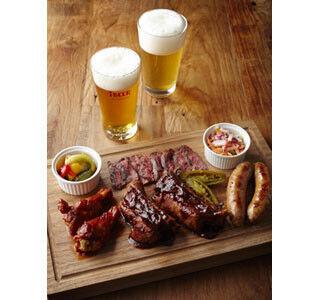 東京都・渋谷のビアカフェに4種の肉が味わえる「テキサスBBQプレート」登場