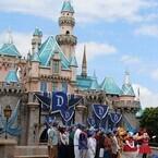 カリフォルニア ディズニーランド・リゾート60周年 (3) 眠れる森の美女の城も! ダイヤモンド装飾でキラキラに