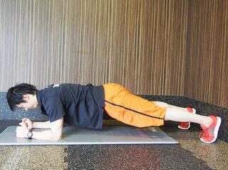 1分でわかる筋トレ講座 (2) 前腕とつま先で体を支える! 簡単動作で全身に効く「フロントブリッジ」