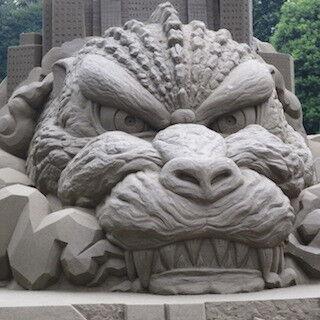 東京都・新宿中央公園に砂の巨大ゴジラが出現- 夜間はライトアップも