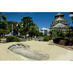大阪府・大阪城公園に超大型巨人の足跡が出現! 「進撃の巨人展」狙いか
