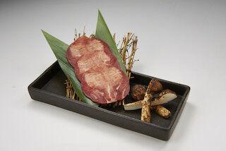 """旬の食材を使用した、""""松茸×牛タン""""の「松茸の牛タン巻き」が登場 - 牛角"""