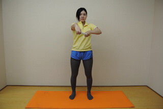 毎日3分肩甲骨を動かし肩こり解消へ! ラップ使用の簡単クルクルストレッチ