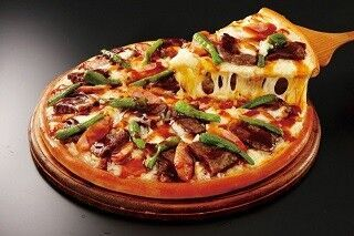 アオキーズ・ピザ、琴光喜監修のピザ「どすこい黒毛和牛カルビ」発売