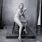 エイミー・シューマー、大胆露出セクシー姿をピレリのカレンダーで披露!