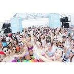 沖縄県のビーチで泡にまみれて走るファンランイベント「バブルラン」が開催
