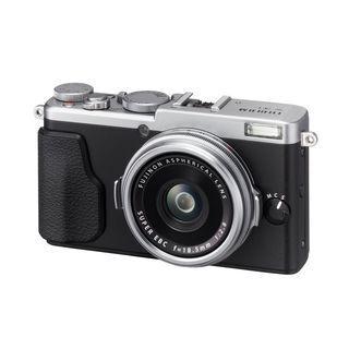 富士フイルム「X70」、APS-Cセンサーと28mm単焦点レンズの高級コンデジ