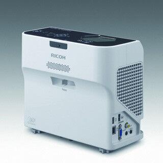 リコー、世界最小レベルで机上投影も可能な超短焦点プロジェクタを発売