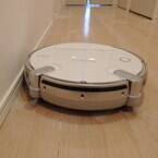 壁際ピッタリでゴミを逃さず - 東芝、約1カ月お掃除お任せなロボット掃除機「TORNEO ROBO」