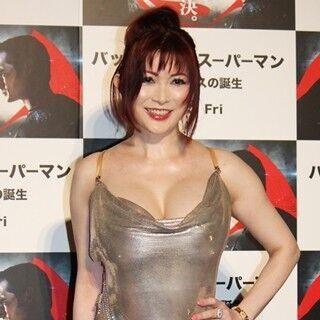 叶美香、ワンダーウーマン風セクシードレスで胸&背中を大胆露出