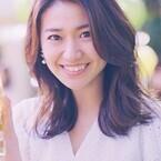 大島優子、白の衣装で屋外パーティー - 笑顔で梅酒ボトルを振る舞う