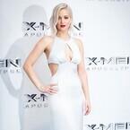 J・ローレンス、胸元セクシーなドレスで魅了!『X-MEN』ロンドンプレミア