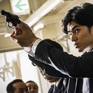 東出昌大、初の刑事役を捉えた写真公開! 拳銃かまえ鋭い目つき