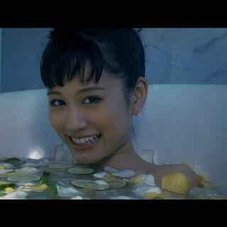 前田敦子、新曲MVでも色気たっぷり! 下着姿で歩き、フルーツ浮かべて入浴