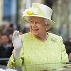 エリザベス女王90歳の公式誕生日、1万人以上がお祝い